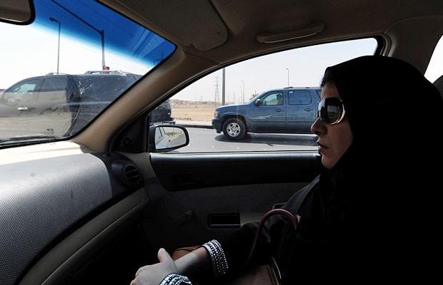 Saudita é vista sentada no banco do passageiro, em 22 de setembro, em Riad. (Foto: Fayez Nureldine/AFP)