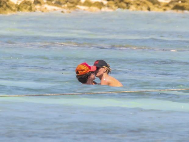 Heidi Klum beija o namorado, Vito Schnabel, em praia em Tulum, no México (Foto: AKM-GSI Brasil)