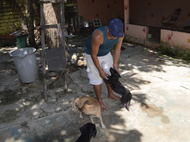 Adestrador Luiz Lobo com cães regatados de incêndio em Macapá (Foto: John Pacheco/G1)