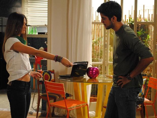 Acabou a brincadeira! Séria, Fatinha diz que CD é lembrança do último beijo do casal (Foto: Malhação / Tv Globo)