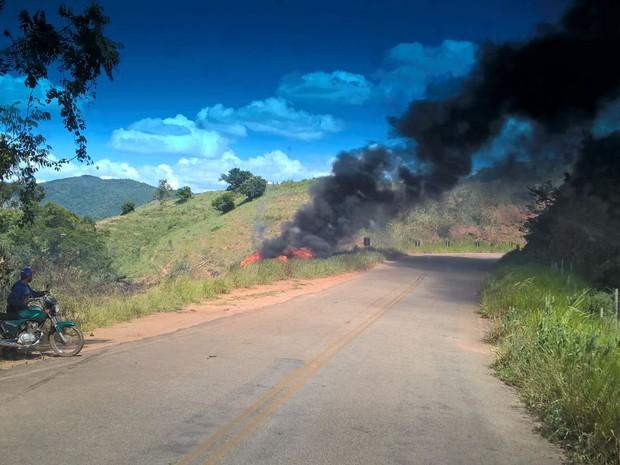 Caminhão-tanque pega foto em estrada que liga Malacacheta a Franciscópolis (Foto: Kátia Amaral/Arquivo Pessoal)