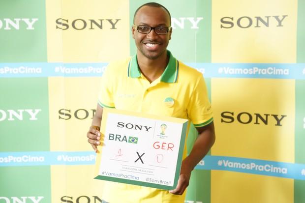Thiaguinho no Ponto de Encontro de encontro Sony do jogo Brasil x Alemanha - BH (Foto: Sony Produtora 7)