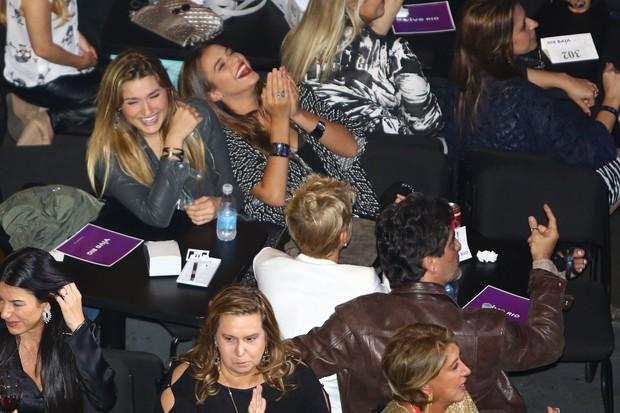 Sasha e Bruna Marquezine se divertem em show no Rio (Foto: Alex Palarea e Marcello Sá Barretto / AgNews)