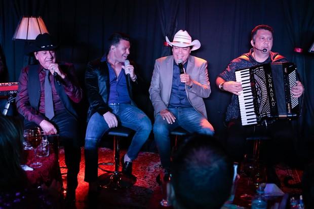 Eduardo Costa canta com Trio Parada Dura (Foto: Rafael Cusato/Brazil News)