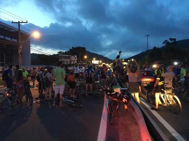 Ciclistas fecharam os dois lados da rodovia em protesto por segurança na SC-401 (Foto: Frederico Didoné/Divulgação)