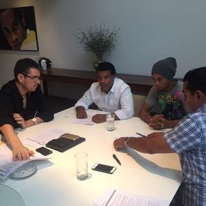 Assis e Ronaldinho em reunião (Foto: Reprodução/ Instagram)