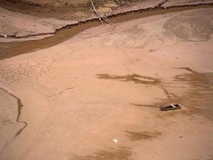 Um barco é visto no meio do leito de lago quase seco atrás da represa Nazaré Paulista, que faz parte do Sistema Cantareira, que fornece água para a cidade de São Paulo. A pior seca em 80 anos deixou o sistema com o menor nível de água já registrado (Foto: Roosevelt Cassio/Reuters)
