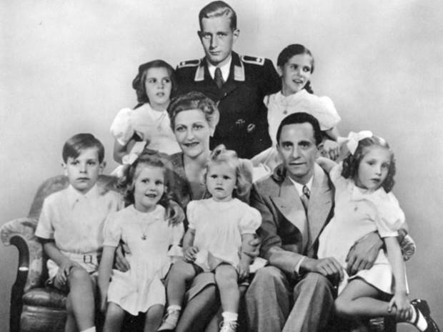 A família Goebbels em 1942: Magda e Joseph e seus filhos Hildegard, Helga, Helmut, Hedwig, Heidrun e Holdine. Harald Quandt, filho do primeiro casamento de Magda, teve sua imagem inserida na foto (Foto: Creative Commons/Bundesarchiv Bild)