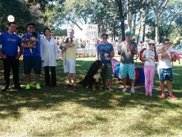 Cães e donos vencedores do Estimacão em Marília (Foto: Renata Marconi/G1)