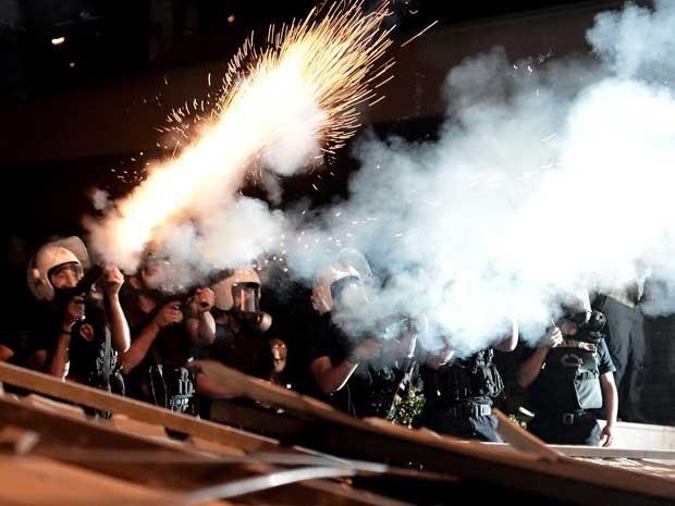 Polícia utiliza gás lacrimogênio contra manifestantes em Istambul (Foto: Aris Messinis/ AFP)