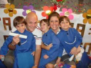 Os pais Luiz e Cintia Toledo com os trigêmeos (Foto: Arquivo Pessoal/Cintia Toledo)