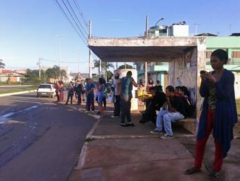 Passageiros aguardam por ônibus em São Sebastião, região afetada por greve de rodoviários do DF (Foto: Dayane Oliveira/G1)