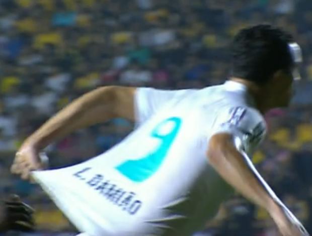 Leandro Damião puxou a própria camisa dentro da área do Tigre