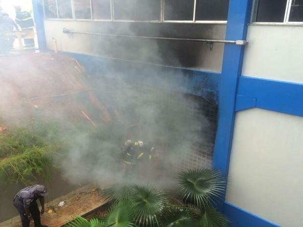 Incêndio atinge prédio da FTC, na Avenida Paralela, em Salvador (Foto: Natally Accioli/G1)