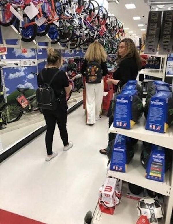 A cantora Beyoncé dentro de uma loja de departamentos com a mãe e a filha mais velha (Foto: Twitter)