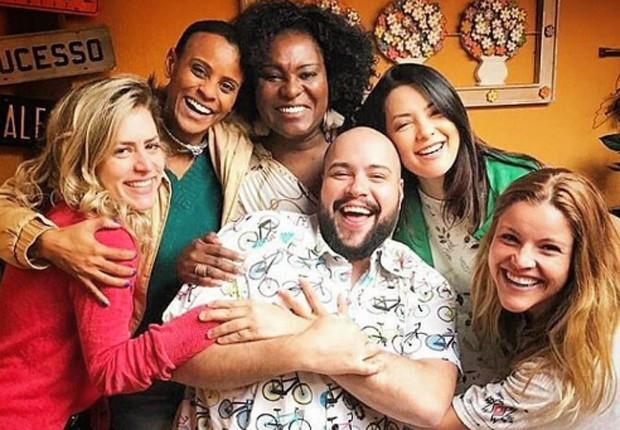 Luciana, Aline, Karin, Li e Fantine posam com Tiago Abravanel (Foto: Reprodução/Instagram)