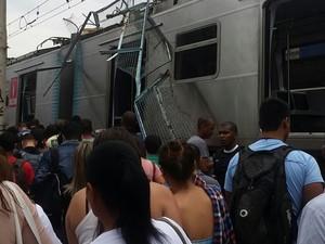 Pedaço de passarela caiu sobre trem em Caxias (Foto: Whatsapp RJTV)
