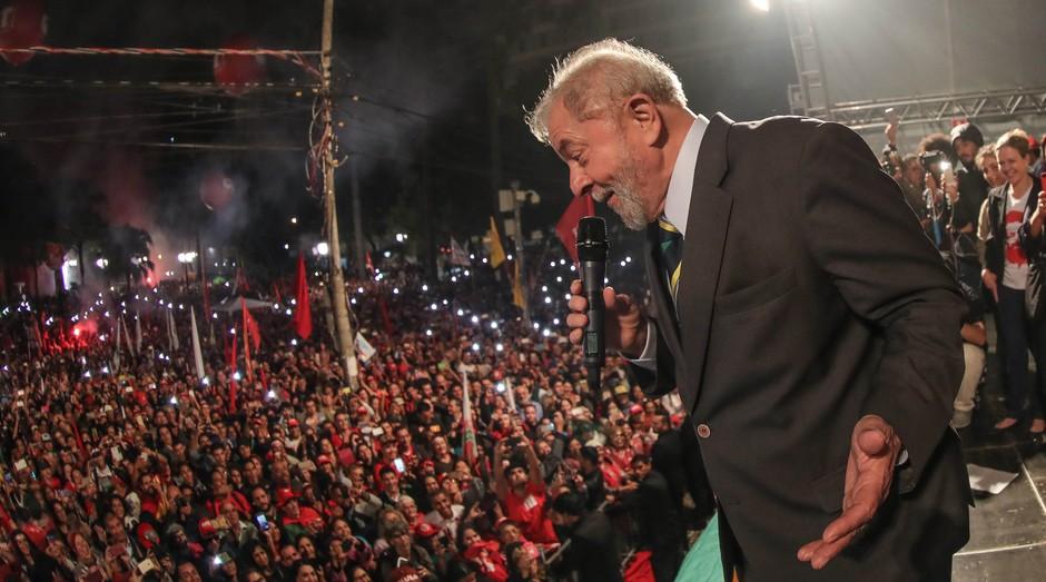Lula em ato em Curitiba, após depoimento a Sérgio Moro (Foto: Divulgação)