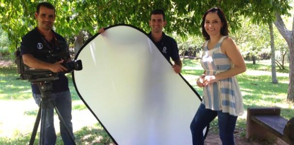 A apresentadora Sonia Campos com o cinegrafista Paulo Nelson e o auxiliar Thiago Maia (Foto: Rogério Bueno/RBS TV)