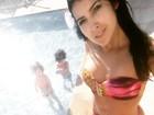 Priscila Pires curte piscina com filhos em dia de aniversário de casamento