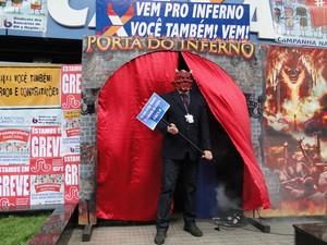 Entrada de agência bancária vira 'porta do inferno' (Foto: Luíza Andrade/G1)