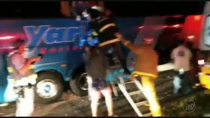 Acidente envolvendo ônibus e caminhão deixa 19 feridos de Passos na SP-340
