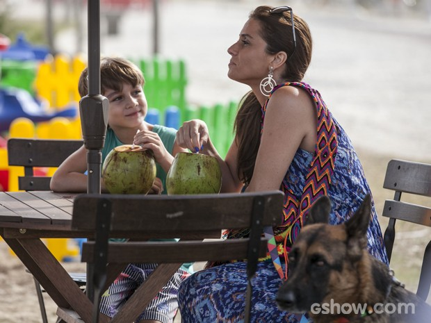 Clara convida o filho para tomar água de coco na praia e investiga se o menino aprova a médica (Foto: Inácio Moraes / TV Globo)