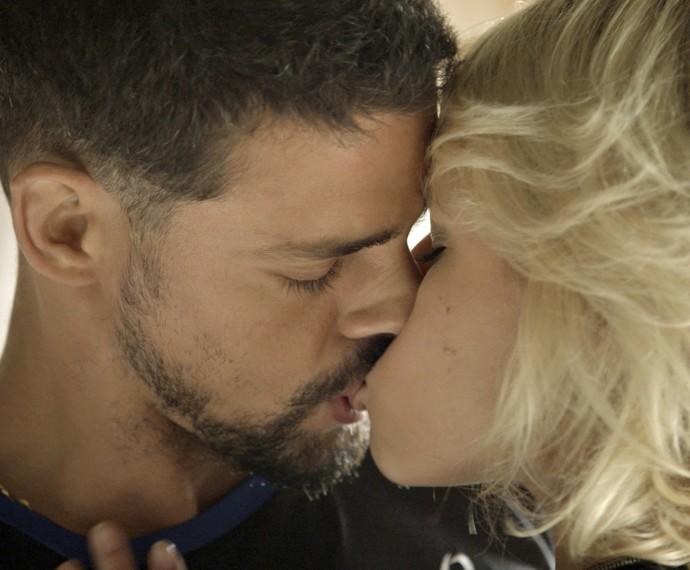 Belisa dá beijão em Juliano ao reencontrá-lo (Foto: TV Globo)