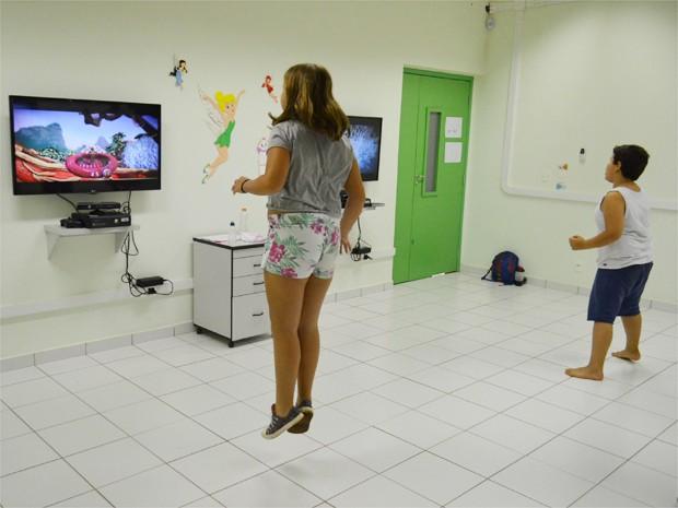Crianças fazem atividades com jogos interativos para combater excesso de peso  (Foto: Taiga Cazarine/G1)