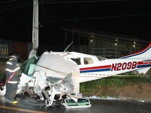 Avião vindo dos Estados Unidos caiu na Avenida do Turismo (Foto: Frank Cunha/G1)