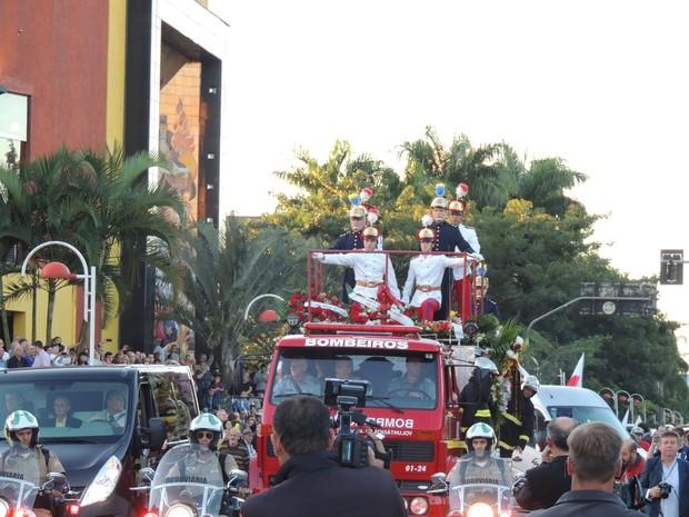Cortejo foi escoltado pela polícia e acompanhado por autoridades e moradores (Foto: João Lucas Cardoso/G1)