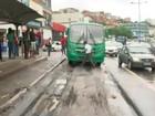 Asfalto cede e ônibus fica preso na Bonocô (Reprodução/TV Bahia)