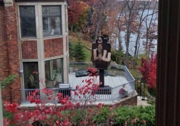 Para 'se vingar', Alan Markovitz comprou casa ao lado da ex e ergueu estátua com gesto obsceno virada para a residência vizinha (Foto: Reprodução/Twitter/Lenka Tuohy)
