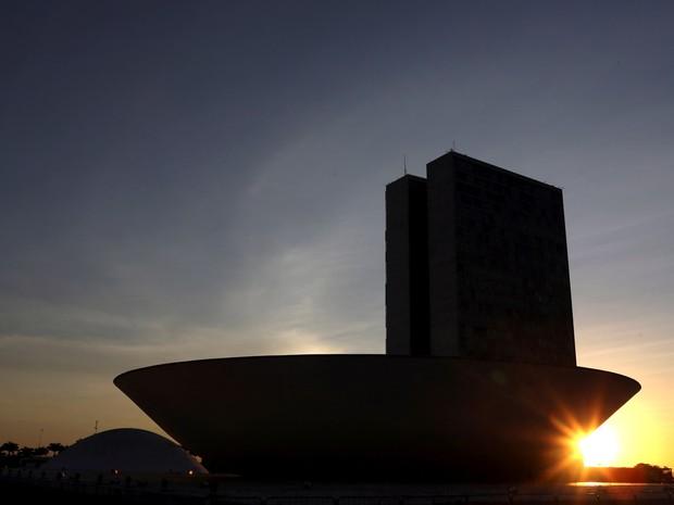 O nascer do sol é visto no Congresso Nacional, em Brasília (Foto: Paulo Whitaker/Reuters)