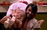 Renan carrega Juliana no ombro e Munik só observa