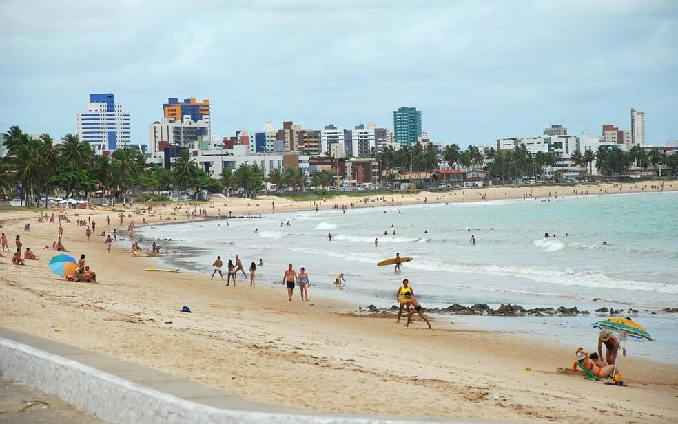 Praia de Manaíra, em João Pessoa, está imprópria para banho em toda a sua extensão (Foto: Rizemberg Felipe/Jornal da Paraíba)