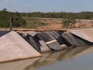 Parede do canal da Transposição do Rio São Francisco está com problema e vaza água (Foto: Reprodução / TV Grande Rio)