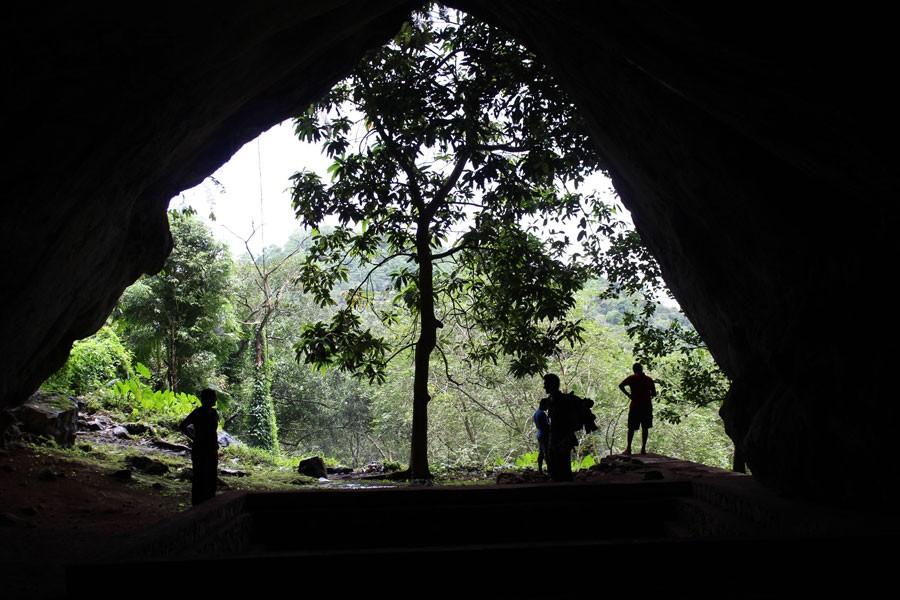 Vista da caverna Batadomba-lena, local onde foram encontrados os fósseis mais antigos usados neste estudo (Foto: Patrick Roberts/Science)
