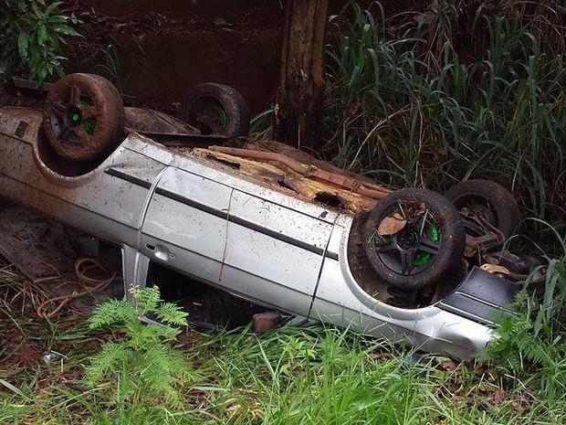 Capotamento deixou duas pessoas feridas na tarde desta segunda-feira (Foto: Divulgação/Luizinho Andretto)