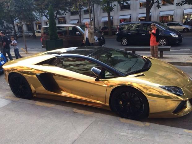 Lamborguini banhado a ouro nas ruas de Paris (Foto: Arquivo Pessoal)
