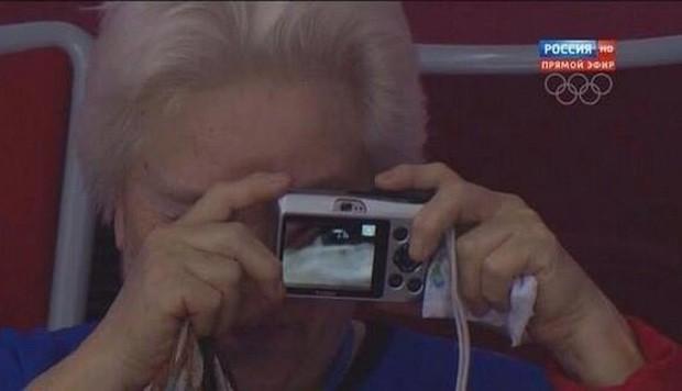 Senhora se confundiu ao tirar foto em Sochi e acabou fazendo 'selfie acidental' (Foto: Reprodução/Twitter/Bryan Wood)