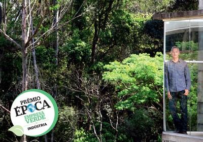 BIODIVERSIDADE O gerente Sergio Talocchi na sede  da Natura, em Cajamar, São Paulo. Nos próximos anos,  a empresa pretende comprar matéria-prima  de 10 mil famílias na Amazônia  (Foto: Rogério Cassimiro/ÉPOCA)
