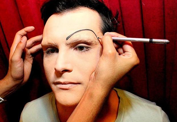 O processo de caracterização começa pelo rosto e sobrancelhas (Foto: Luciano Santos/Talentmix)