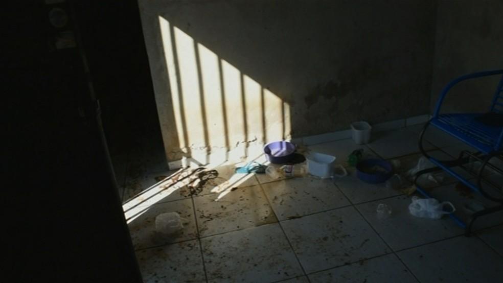 Homem vivia sozinho e sem higiene em casa de Anápolis (Foto: Reprodução/ TV Anhanguera)