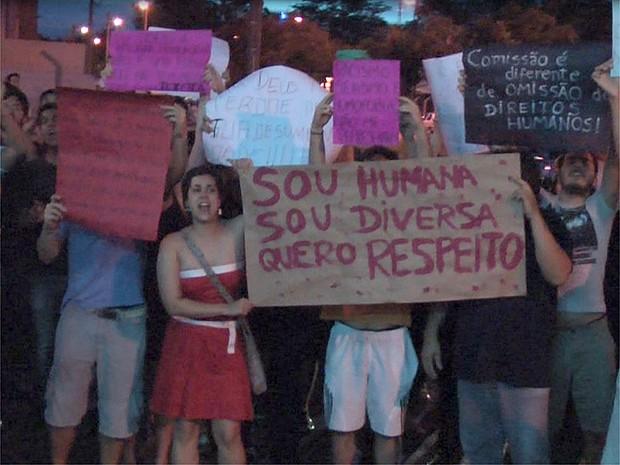 Cerca de 150 pessoas protestaram contra o deputado Marco Feliciano em Franca, SP (Foto: Stella Reis/EPTV)