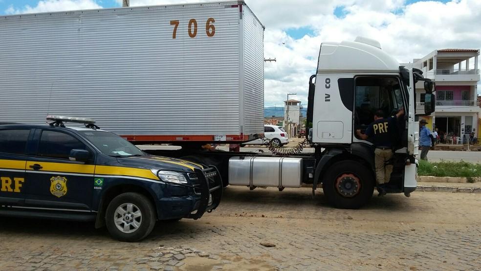 Caminhão foi recuperado em Serra Talhada (Foto: Divulgação/PRF)