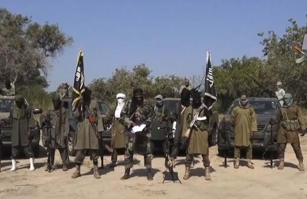 Imagem tirada de vídeo divulgado pelo Boko Haram e obtido pela AFP nesta sexta (31) mostra o líder do grupo, Abubakar Shekau, negando o acordo de cessar-fogo com o governo da Nigéria (Foto: AFP PHOTO / BOKO HARAM)