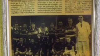 Recorte de jornal com equipe antiga do Ituano, na parede do Bar Tonilu (Foto: Emílio Botta)