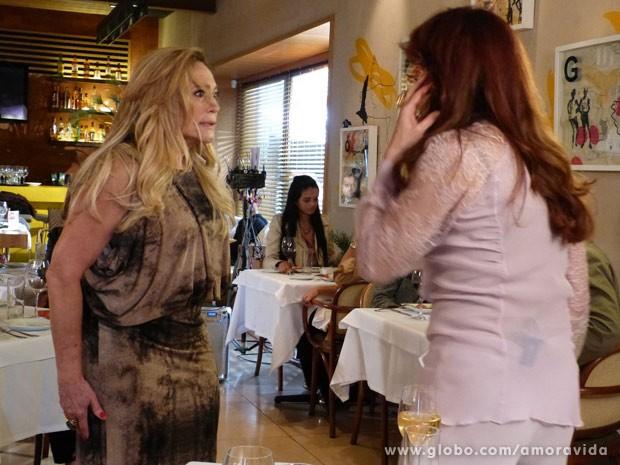 Pilar e Gigi trocam ofensas (Foto: Amor à Vida / TV Globo)