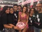 Renata Santos ganha bolo do fã-clube na quadra da Mangueira